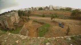 Από τον τοίχο ενός μεσαιωνικού φρουρίου μπορείτε να δείτε τη σύγχρονη πόλη Famagusta απόθεμα βίντεο