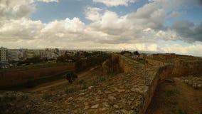 Από τους τοίχους ενός μεσαιωνικού φρουρίου μπορείτε να δείτε τη σύγχρονη πόλη Famagusta απόθεμα βίντεο