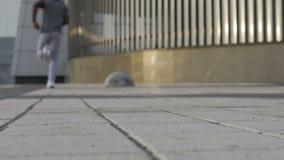 Από το άτομο εστίασης που τρέχει αργά στο υπόβαθρο, μητροπολιτική περιοχή, συγκεκριμένη απόθεμα βίντεο