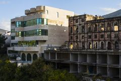 Από το βοσνιακό πόλεμο, το ξενοδοχείο και το πρόσφατα χτισμένο μετά από-πολεμικό ξενοδοχείο στο Μοστάρ η χορήγηση του συνδετήρα τ στοκ φωτογραφία