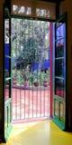 Από το εσωτερικό που φαίνεται έξω μουσείο Frida Kahlo Στοκ Εικόνα