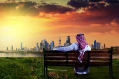 Από το Κουβέιτ άτομο που εξετάζει την πόλη του Κουβέιτ κατά τη διάρκεια του ηλιοβασιλέματος Στοκ εικόνα με δικαίωμα ελεύθερης χρήσης
