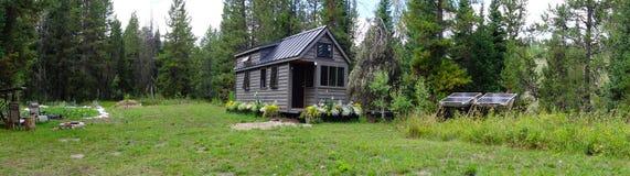 Από το μικροσκοπικό σπίτι πλέγματος στα βουνά στοκ εικόνα με δικαίωμα ελεύθερης χρήσης