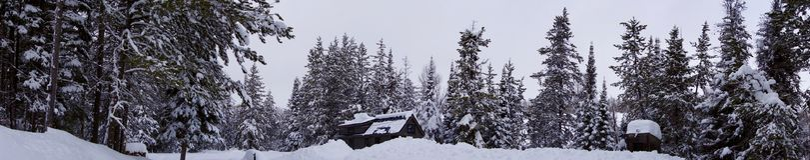 Από το μικροσκοπικό σπίτι πλέγματος στα βουνά στοκ φωτογραφίες