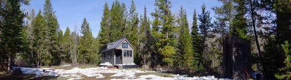 Από το μικροσκοπικό σπίτι πλέγματος στα βουνά στοκ φωτογραφία