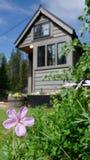 Από το μικροσκοπικό σπίτι πλέγματος στα βουνά στοκ εικόνα