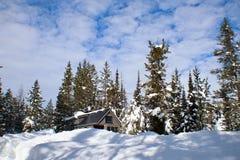 Από το μικροσκοπικό σπίτι πλέγματος στα βουνά στοκ εικόνες με δικαίωμα ελεύθερης χρήσης