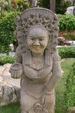 Από το Μπαλί ή σιαμέζα ηλικιωμένη γυναίκα αγαλμάτων στον κήπο στοκ εικόνες