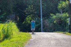 Από το Μπαλί αγρότης που περπατά κάτω από το δρόμο στοκ εικόνες με δικαίωμα ελεύθερης χρήσης