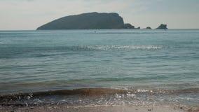 Από το pleshutsya κυμάτων θάλασσας ήπια ενάντια στο μαύρο βουνό απόθεμα βίντεο