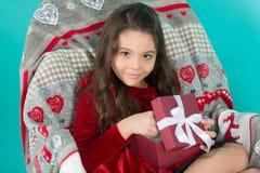 Από το santa Χαριτωμένος λίγο κορίτσι παιδιών με το νέο έτος παρόν Ευτυχής λίγο ανοικτό νέο κιβώτιο δώρων έτους κοριτσιών χαμόγελ στοκ φωτογραφίες με δικαίωμα ελεύθερης χρήσης