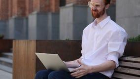 Απώλεια, άτομο που ματαιώνεται από τα αποτελέσματα για το lap-top καθμένος στον πάγκο απόθεμα βίντεο