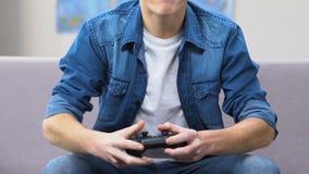 απώλεια μαθητών στο τηλεοπτικό παιχνίδι, που ρίχνει το πηδάλιο, εφηβικό τεμπεραμέντοη απόθεμα βίντεο