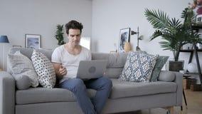 Απώλεια, ματαιωμένο άτομο που λειτουργεί στο lap-top απόθεμα βίντεο