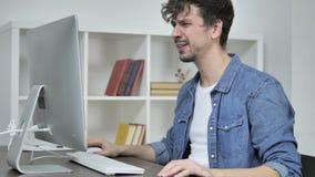 Απώλεια, ματαιωμένο δημιουργικό άτομο που λειτουργεί στον υπολογιστή γραφείου απόθεμα βίντεο