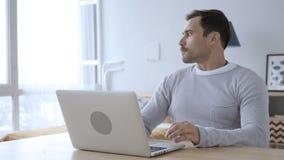 Απώλεια, ματαιωμένο ενήλικο άτομο που λειτουργεί στο lap-top απόθεμα βίντεο