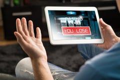 Απώλεια των χρημάτων στη σε απευθείας σύνδεση χαρτοπαικτική λέσχη Στοκ φωτογραφία με δικαίωμα ελεύθερης χρήσης