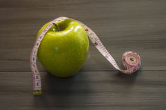 Απώλεια βάρους, πράσινο μήλο και αδυνάτισμα, απώλεια βάρους με το μήλο, οφέλη του πράσινου μήλου, απώλεια βάρους, υγιής ζωή Στοκ εικόνες με δικαίωμα ελεύθερης χρήσης