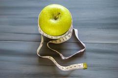 Απώλεια βάρους, πράσινο μήλο και αδυνάτισμα, απώλεια βάρους με το μήλο, οφέλη του πράσινου μήλου, απώλεια βάρους, υγιής ζωή Στοκ εικόνα με δικαίωμα ελεύθερης χρήσης