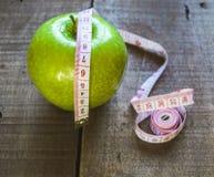 Απώλεια βάρους, πράσινο μήλο και αδυνάτισμα, απώλεια βάρους με το μήλο, οφέλη του πράσινου μήλου, απώλεια βάρους, υγιής ζωή Στοκ φωτογραφία με δικαίωμα ελεύθερης χρήσης