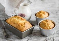 Απλά κέικ στο πιάτο ψησίματος Στοκ Εικόνες