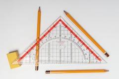 Απλά μολύβια, τρίγωνο γομών και κυβερνητών στοκ εικόνες