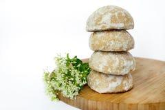 Απλά μπισκότα σε έναν ξύλινο πίνακα και λευκά λουλούδια Άσπρη ανασκόπηση Στοκ εικόνα με δικαίωμα ελεύθερης χρήσης