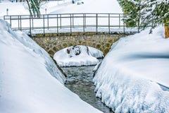 Απλή γέφυρα πετρών πέρα από το ρεύμα Στοκ Εικόνα