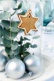 Απλή διακόσμηση Χριστουγέννων για το επιτραπέζιο κεντρικό τεμάχιο γευμάτων Στοκ εικόνες με δικαίωμα ελεύθερης χρήσης