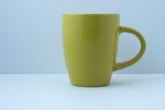 Απλή κίτρινη κούπα για το ποτό Στοκ εικόνες με δικαίωμα ελεύθερης χρήσης