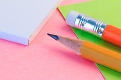 Απλή σημείωση μολυβιών και εγγράφου Σημείωση ρόδινης και Πράσινης Βίβλου κινηματογραφήσεων σε πρώτο πλάνο με το ξύλινο μολύβι Στοκ Εικόνες
