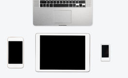 Απλός καθαρός άσπρος υπολογιστής γραφείου με τον ηλεκτρονικό εξοπλισμό Στοκ Εικόνες