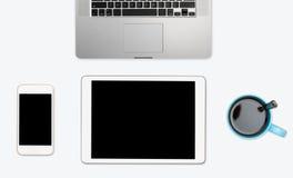 Απλός καθαρός άσπρος υπολογιστής γραφείου με τον ηλεκτρονικό εξοπλισμό Στοκ Εικόνα