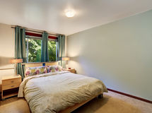 Απλό εσωτερικό κρεβατοκάμαρων με το ελάχιστο σχέδιο Στοκ φωτογραφία με δικαίωμα ελεύθερης χρήσης