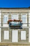 Απλό μπαλκόνι ενός σπιτιού ένας-ιστορίας, με το καλά διατηρημένο παλαιό χ Στοκ φωτογραφίες με δικαίωμα ελεύθερης χρήσης