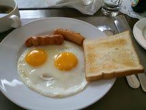 Απλό πρόγευμα - αυγά, λουκάνικα και ψωμί Στοκ Εικόνες
