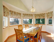 Απλό dinning δωμάτιο με το πάτωμα και τις καρέκλες σκληρού ξύλου Στοκ φωτογραφία με δικαίωμα ελεύθερης χρήσης