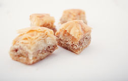 Αραβικά γλυκά ημερομηνιών Eid που απομονώνονται Ασιατικά γλυκά με το μέλι και τα καρύδια Στοκ εικόνες με δικαίωμα ελεύθερης χρήσης