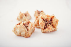 Αραβικά γλυκά ημερομηνιών Eid που απομονώνονται Ασιατικά γλυκά με το μέλι και τα καρύδια Στοκ Εικόνες