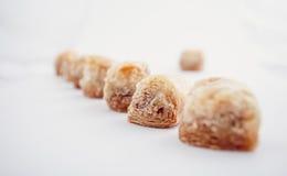 Αραβικά γλυκά ημερομηνιών Eid που απομονώνονται Ασιατικά γλυκά με το μέλι και τα καρύδια Στοκ φωτογραφία με δικαίωμα ελεύθερης χρήσης