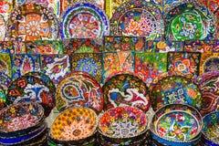 Αραβικά κεραμικά πιάτα με τα πολύχρωμα σχέδια στο Bazaar Στοκ φωτογραφία με δικαίωμα ελεύθερης χρήσης