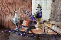 Αραβικά λουλούδι και μαχαίρι βιβλίων Στοκ Φωτογραφία