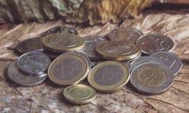 Αραβικά νομίσματα των Ντίραμ και ευρο- νομίσματα στο εκλεκτής ποιότητας υπόβαθρο Στοκ Εικόνες