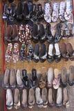 Αραβικά σανδάλια δέρματος στην επίδειξη στο κατάστημα Στοκ Εικόνες