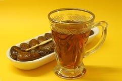 Αραβικά φρούτα ημερομηνιών με το τσάι Στοκ Εικόνες
