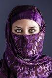 Αραβικές γυναίκες με το παραδοσιακό πέπλο, έντονη, μυστική ομορφιά ματιών Στοκ Εικόνα