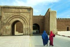 Αραβικές γυναίκες μπροστά από την παλαιά πύλη πόλεων Στοκ φωτογραφία με δικαίωμα ελεύθερης χρήσης
