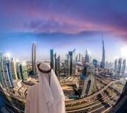 Αραβική εικονική παράσταση πόλης προσοχής ατόμων του Ντουμπάι με τη σύγχρονη φουτουριστική αρχιτεκτονική στα Ηνωμένα Αραβικά Εμιρ Στοκ Εικόνα