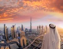 Αραβική εικονική παράσταση πόλης προσοχής ατόμων του Ντουμπάι με τη σύγχρονη φουτουριστική αρχιτεκτονική στα Ηνωμένα Αραβικά Εμιρ Στοκ φωτογραφία με δικαίωμα ελεύθερης χρήσης