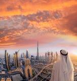 Αραβική εικονική παράσταση πόλης προσοχής ατόμων του Ντουμπάι με τη σύγχρονη φουτουριστική αρχιτεκτονική στα Ηνωμένα Αραβικά Εμιρ Στοκ φωτογραφίες με δικαίωμα ελεύθερης χρήσης